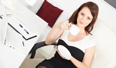 Kobieta pijąca kawę w biurze