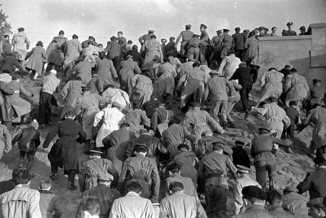 Tłum wychodzący ze stadionu, 1957, TADEUSZ ROLKE,  dzięki uprzejmości artysty