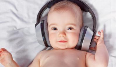 Niemowlę słuchające muzyki