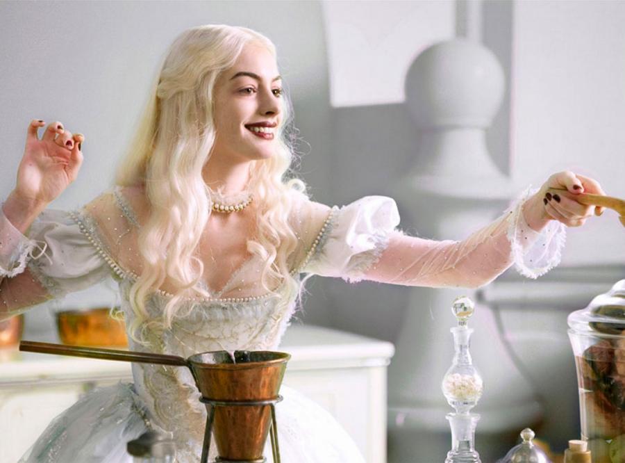 Anne Hathaway jako Biała Królowa w filmie \