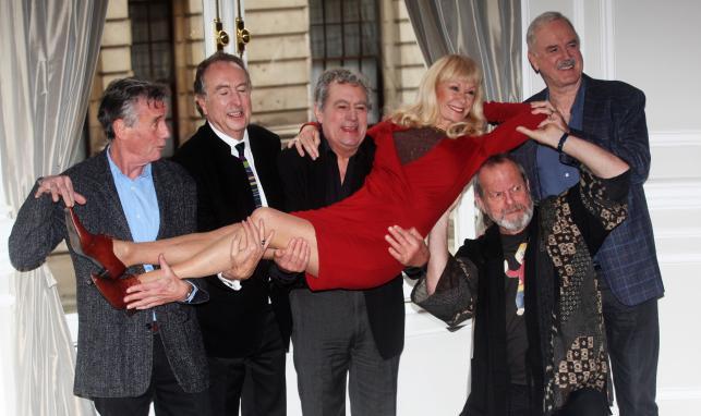 Ekipa Monty Pythona: Michael Palin, Eric Idle, Terry Jones, Carol Cleveland,Terry Gilliam i John Cleese