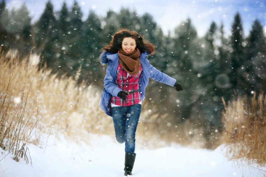 Kobieta na zimowym spacerze