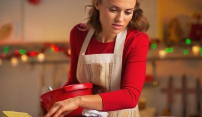 Kobieta przygotowująca świąteczne potrawy