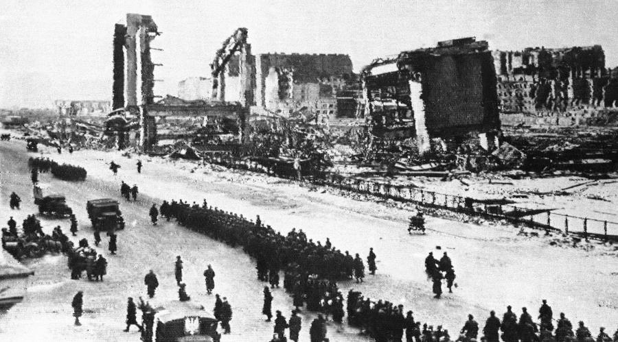 Radzieckie i polskie oddziały wkraczają do zburzonej Warszawy. Styczeń 1945 roku