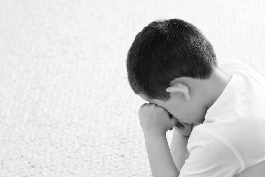 Płaczący chłopiec (zdjęcie ilustracyjne)