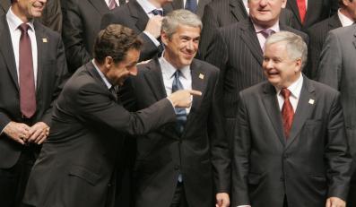 Nicolas Sarkozy (po lewej) i Lech Kaczyński (po prawej) w czasie szczytu UE w Lizbonie w 2007 roku