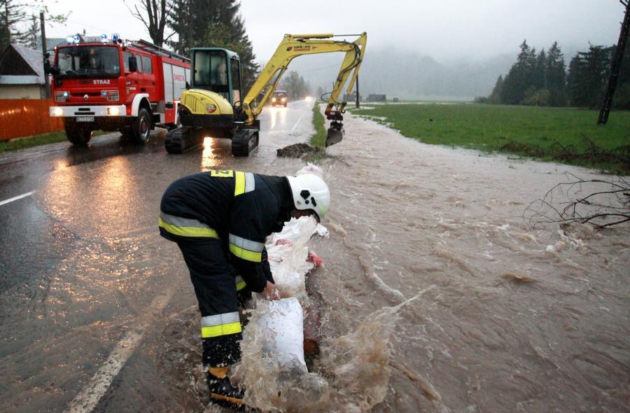 Strażacy walczą z powodzią