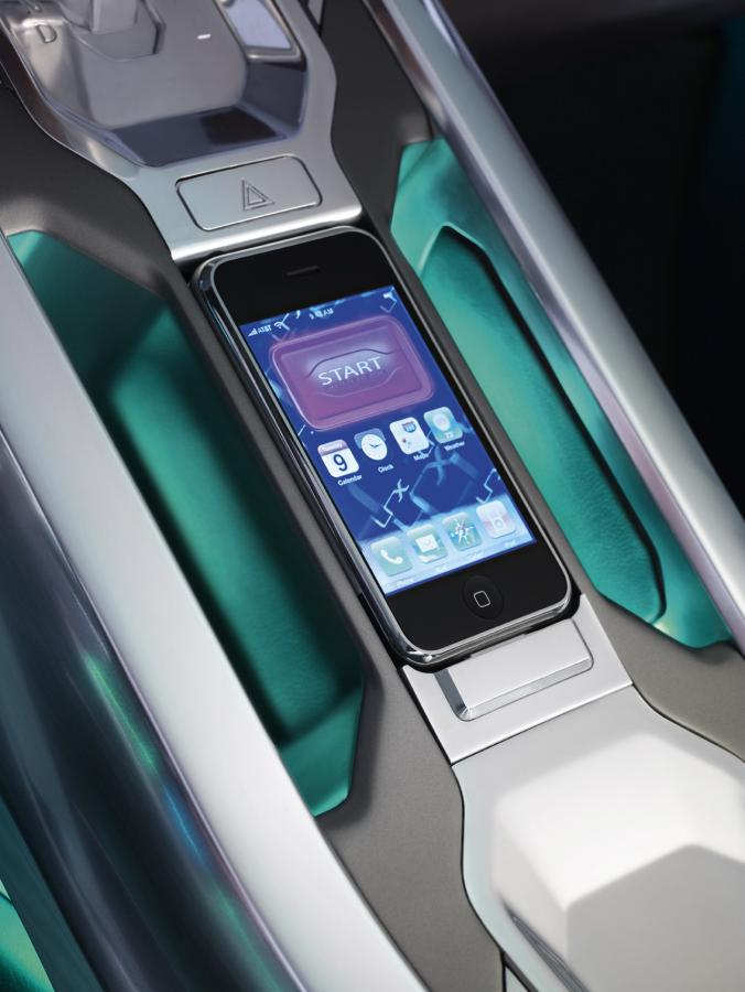 W kokpicie jarzą się dotykowe ekrany. Samochód może także współpracować z iPhponem i iPodem