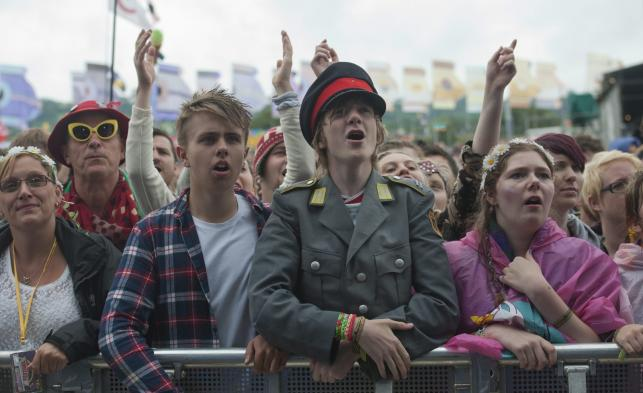 Fani na koncercie Kaiser Chiefs podczas Glastonbury Festival 2014