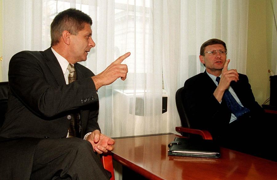 Marek Belka i Leszek Balcerowicz w 2001 roku. Belka był wówczas wicepremierem i ministrem finansów, a Balcerowicz szefem NBP