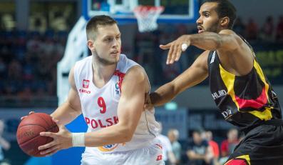 Polak Mateusz Ponitka (L) blokowany przez Niemca Akeema Vargasa (P) podczas meczu eliminacyjnego mistrzostw Europy koszykarzy w Toruniu