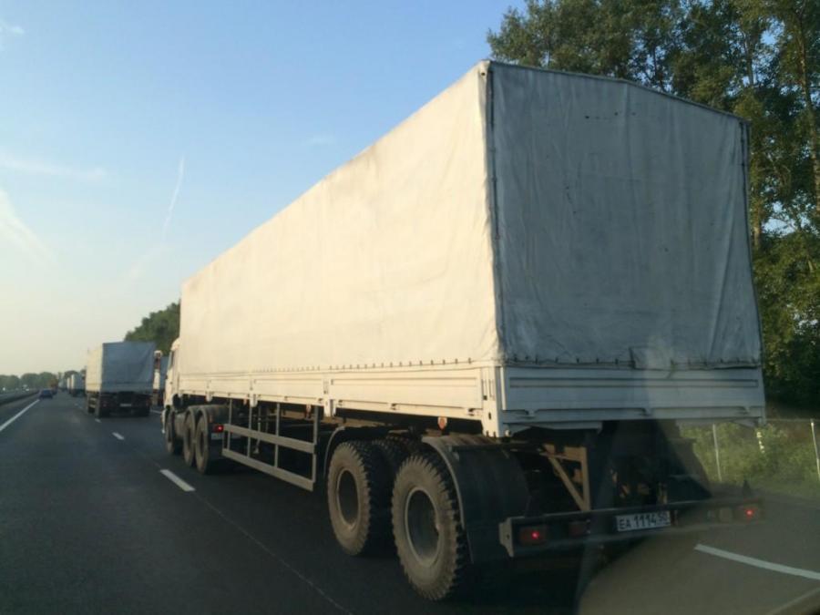 Konwój białych ciężarówek w drodze na Ukrainę