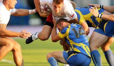 W starciu będący przy piłce gracz reprezentacji Tomasz Gasik (2,L) i Szwed Daniel Nissila (3,L) w meczu Pucharu Narodów Europy w rugby w Warszawie