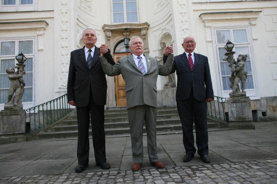 Były przewodniczący SD Jerzy Jóźwiak, były prezydent Lech Wałęsa i były przewodniczący ZSL Roman Malinowski podczas spotkania w Łazienkach Królewskich w 20. rocznicę podpisania porozumienia