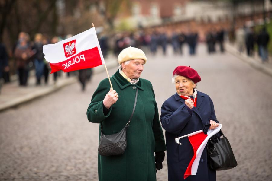 Starsze panie z flagami