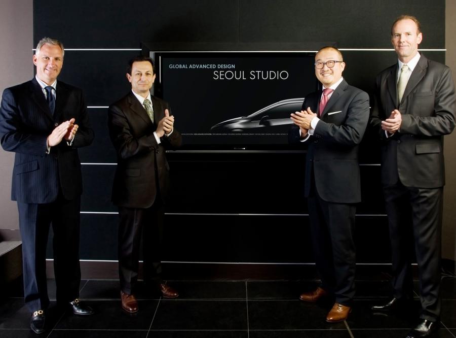 Od lewej stoją: John P. Mack,  Taewan Kim, Mike Arcamone, Jay Cooney