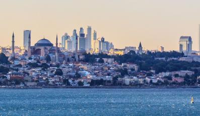 "Stambuł, Turcja (fot. ""Istanbul panorama and skyline"" autorstwa Ben Morlok - Istanbul panorama. Licencja Creative Commons Attribution-Share Alike 2.0 na podstawie Wikimedia Commons)"