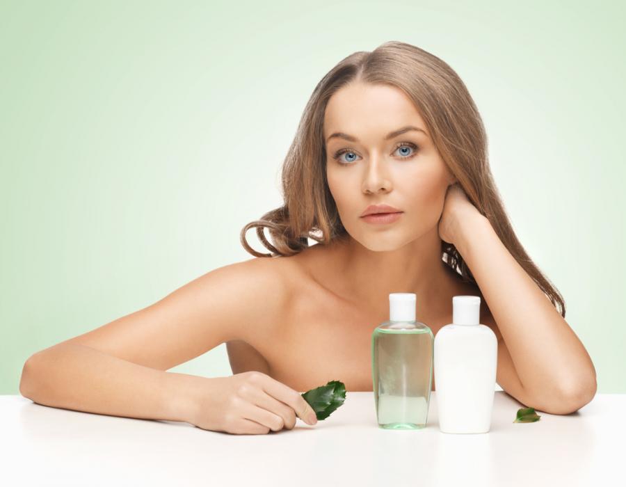 Kobieta z kosmetykami