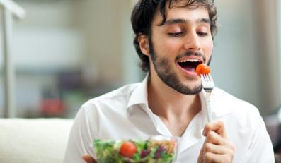 Mężczyzna jedzący sałatkę