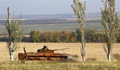 Spalony ukraiński transporter opancerzony niedaleko Doniecka