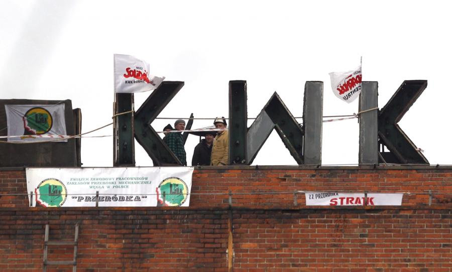 Protest na dachu jednego z budynkówu na terenie ruchu \