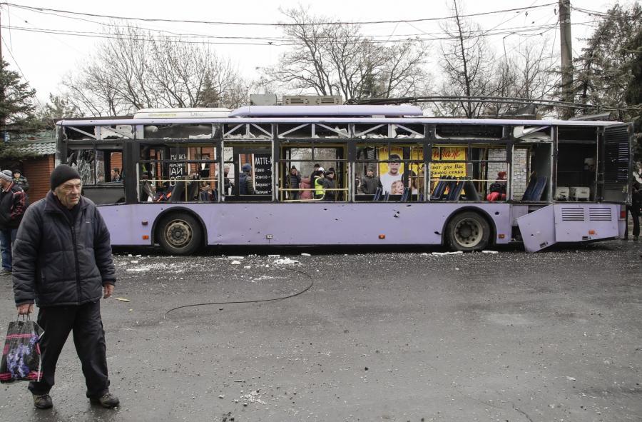 Ostrzelany trolejbus na przystanku w Doniecku