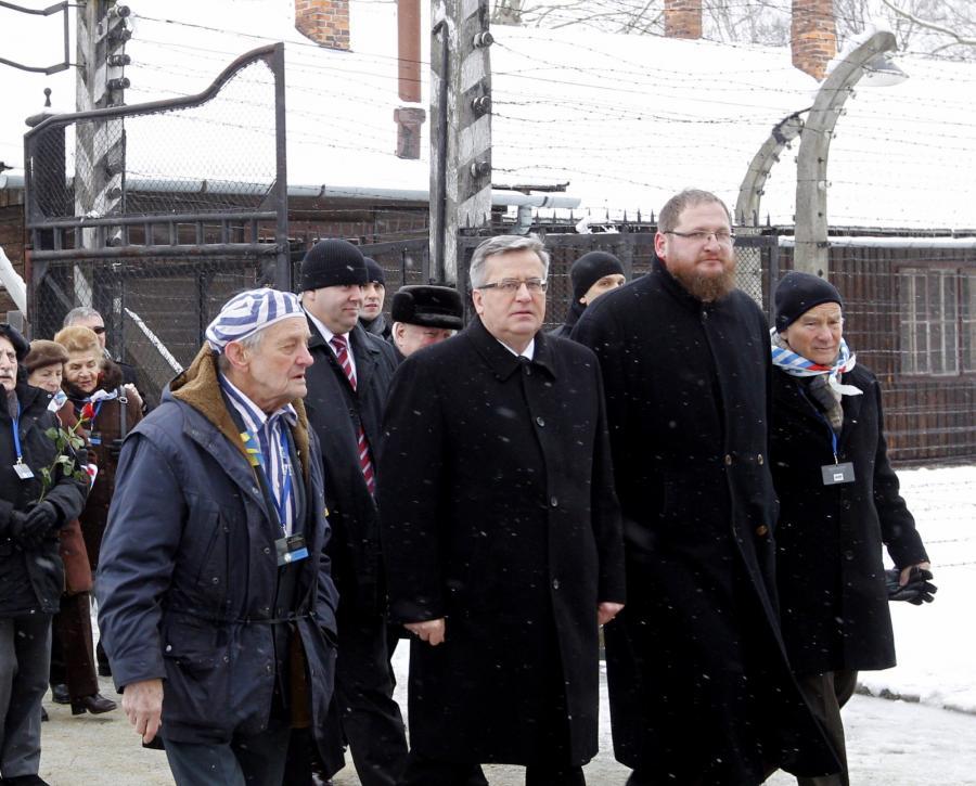 Były więzień Igor Malicki z prezydentem Bronisławem Komorowskim i dyrektorem Państwowego Muzeum Auschwitz-Birkenau Piotrem Cywińskim