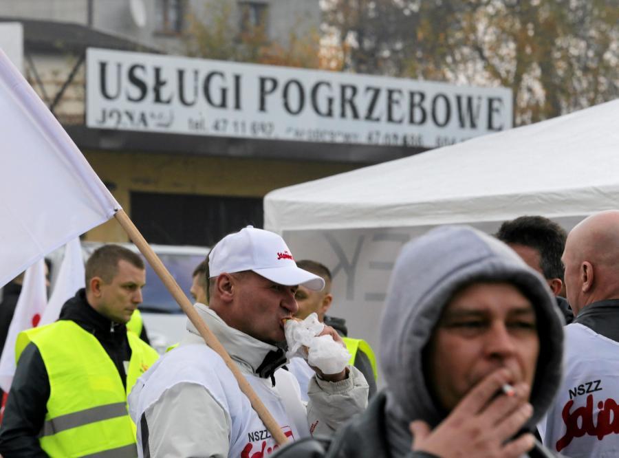 Jastrzębie-Zdrój. Pikieta górników przed siedzibą Jastrzębskiej Spółki Węglowej