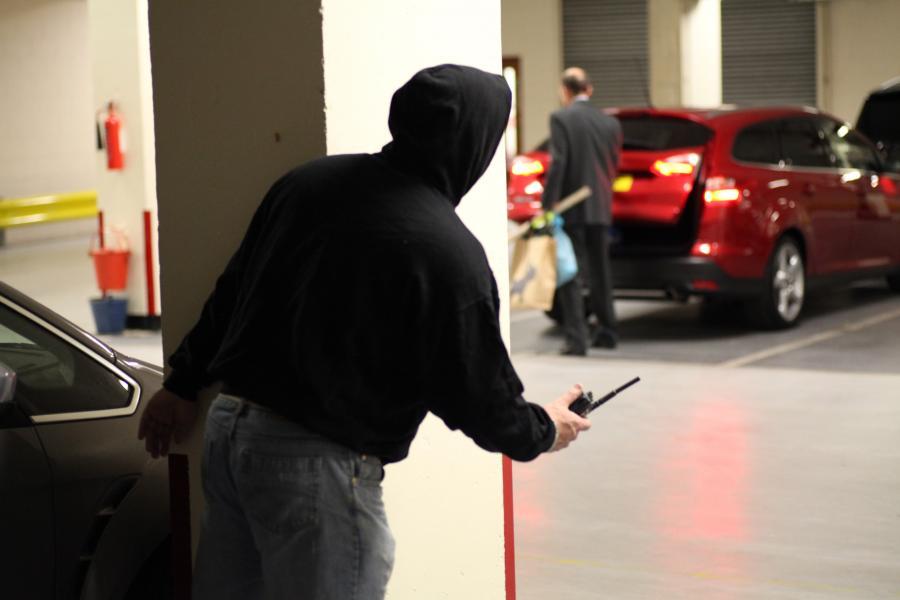 Jak złodzieje kradną samochody w Polsce? Zagłuszanie sygnału