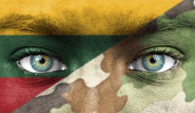 Twarz żołnierza wymalowana w barwy Litwy i barwy moro