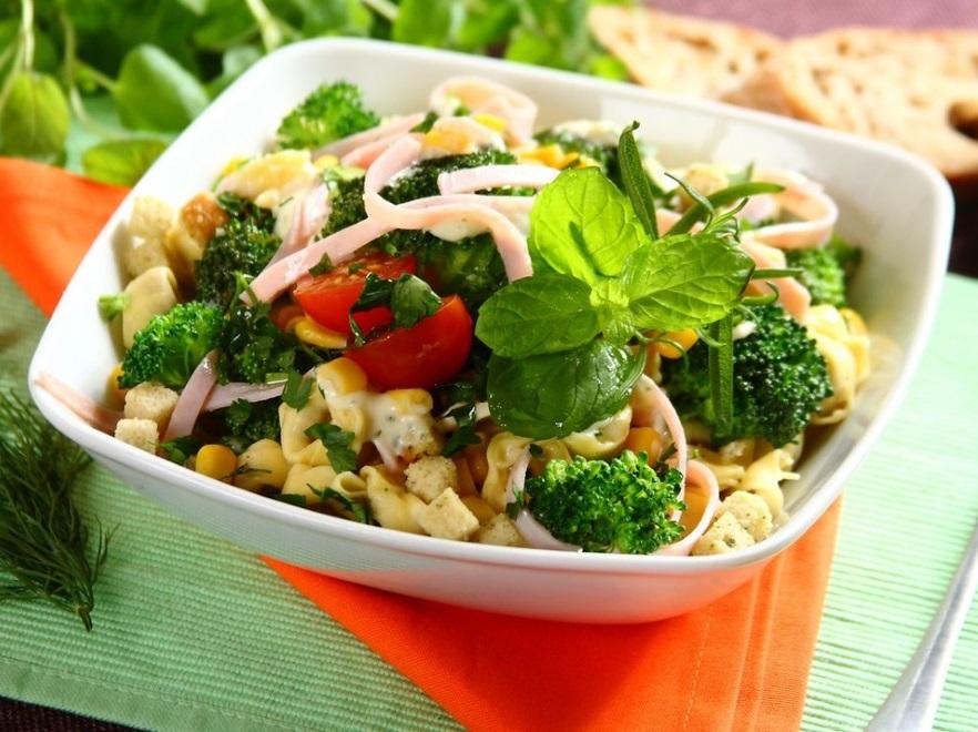 Sałatka z brokułami, szynką i tortellini