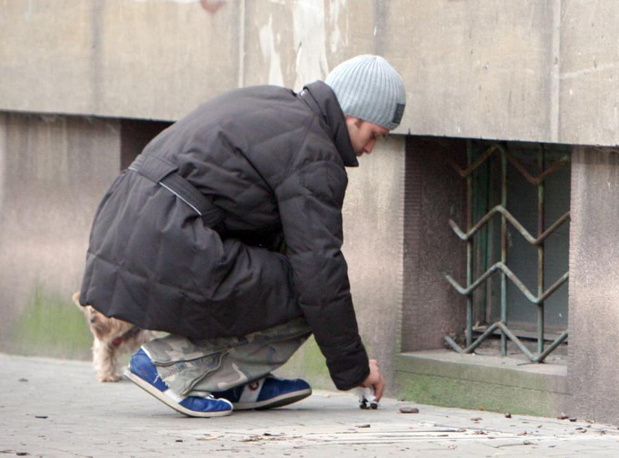 Oto dowód miłości: Zakościelny sprząta kupy po psie swojej dziewczyny