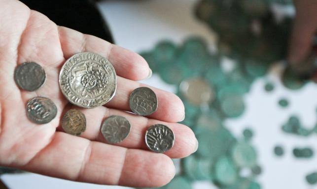Leśniczy znalazł w lesie skarb. Gliniane garnce pełne srebrnych monet! ZDJĘCIA