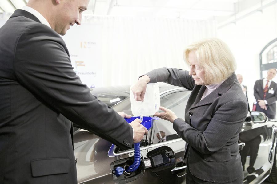Pierwsze 5 litrów nowego paliwa do baku służbowego audi A8 3.0 TDI clean diesel quattro zatankowała Johanna Wanka, federalna minister oświaty i badań naukowych