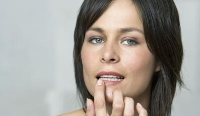 Kobieta dotyka ust