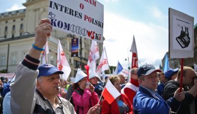 """Manifestacja pracowników Wytwórni Sprzętu Komunikacyjnego PZL-Świdnik pod hasłem """"Unieważnić przetarg"""""""