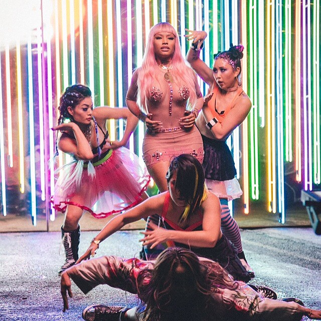 "Nicki Minaj prezentuje ""The Night Is Still Young"""