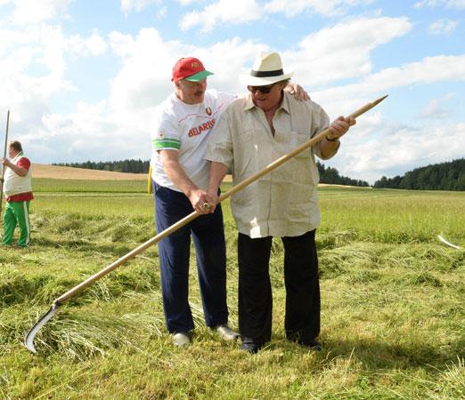 Kosynierzy - tak Łukaszenka uczył Gerarda Depardieu kosić trawę. ZDJĘCIA