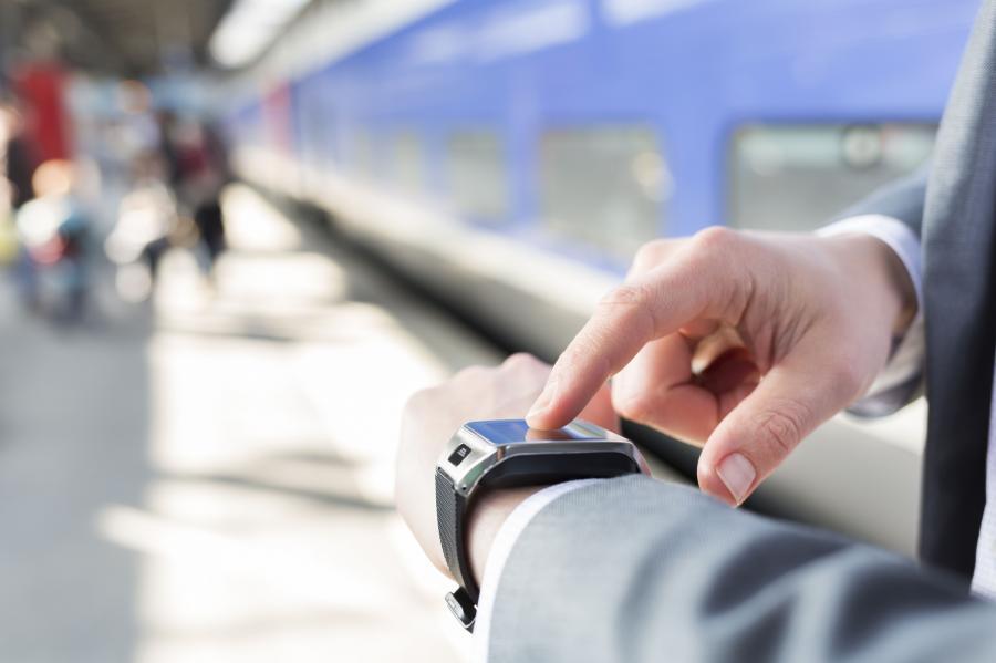 Mężczyzna ze smartwatchem