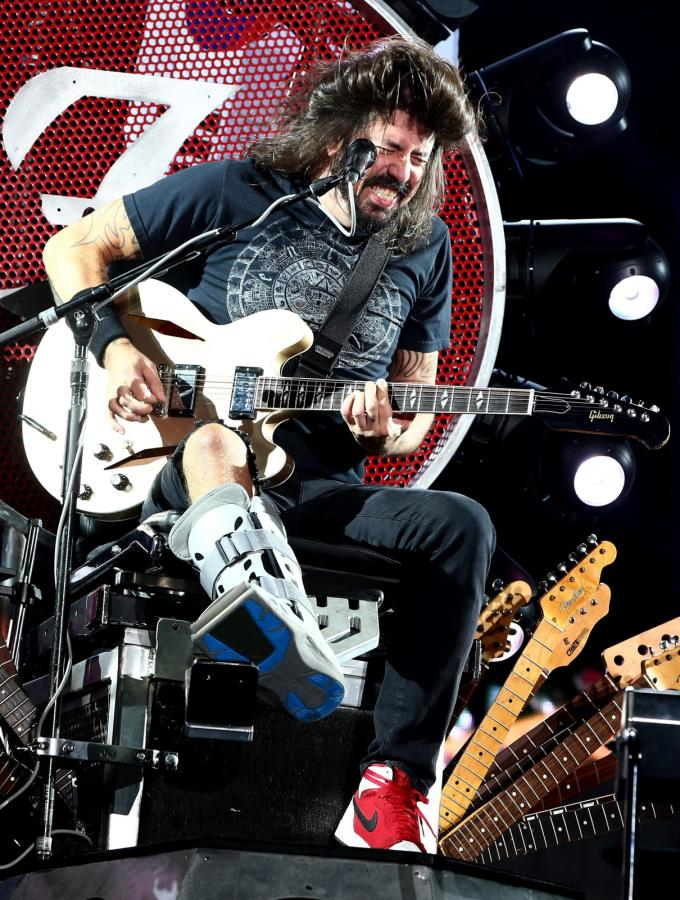 Dave Grohl gra na swoim tronie