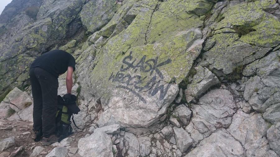 Napisy na skałach w drodze na Zawrat / fot: profil \