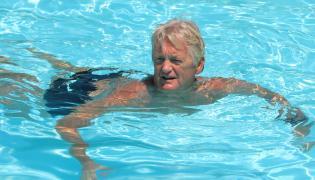 Mężczyzna pływa w basenie