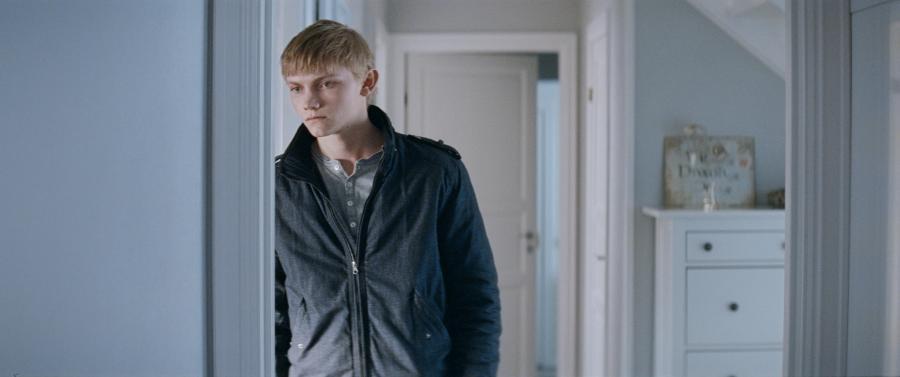 Rówieśnicy gardzą Johnem, boją się go, ale podskórnie ulegają fascynacji milczącym chłopcem