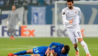 Piłkarz Lecha Poznań Kasper Hamalainen (L) przewraca się obok Davide'a Astori (P) z FC Fiorentina podczas meczu grupy I Ligi Europejskiej