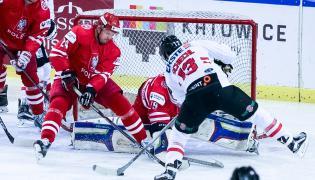 Gracze reprezentacji Polski Bartosz Dąbkowski (L) i bramkarz Kamil Kosowski (C) oraz Austriak Michael Schiechl (P) w meczu turnieju EIHC hokeja na lodzie w Katowicach