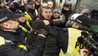 Przepychanki z policją przed Teatrem Polskim we Wrocławiu