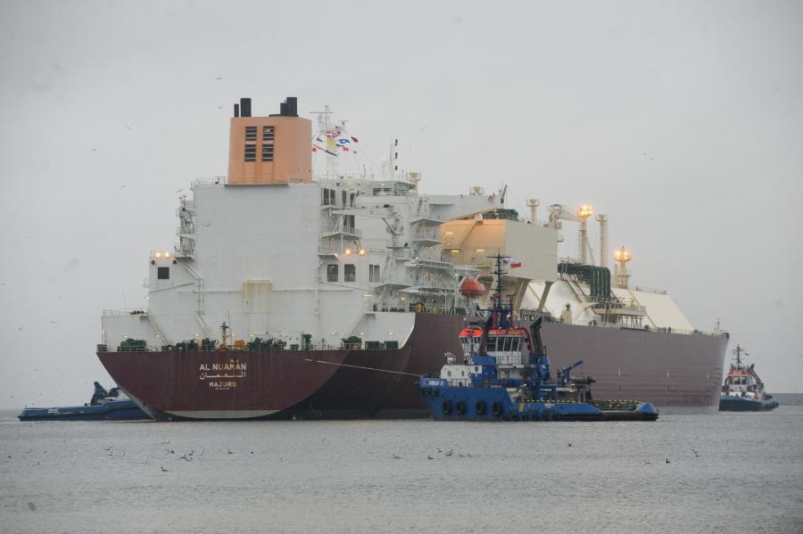 """Metanowiec """"Al Nuaman"""" z katarskim LNG wpływa do basenu portowego terminalu LNG w Świnoujściu"""