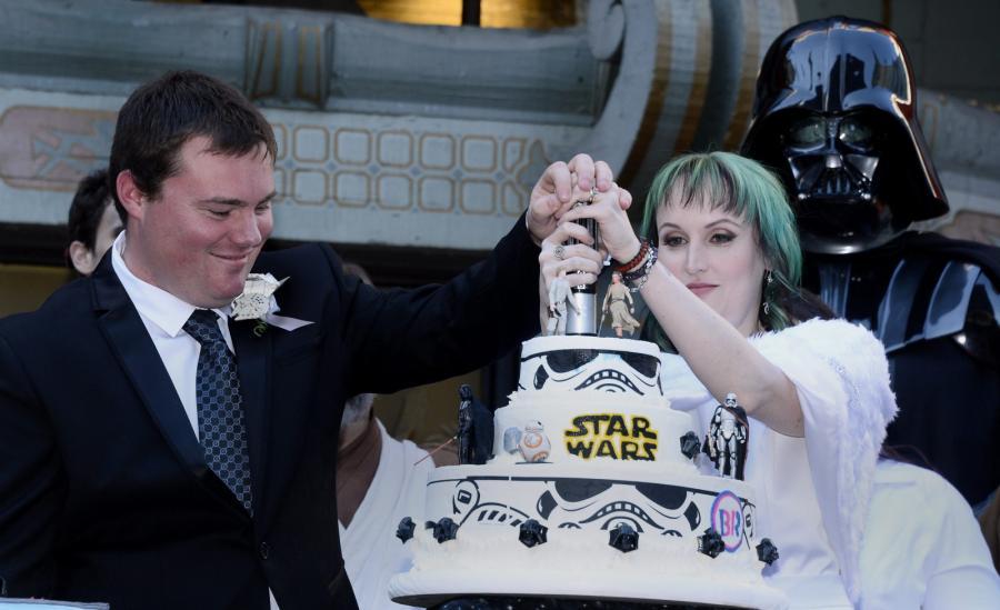 """Ślub fanów """"Gwiezdnych wojen"""" przed Chinese Theatre w Hollywood"""