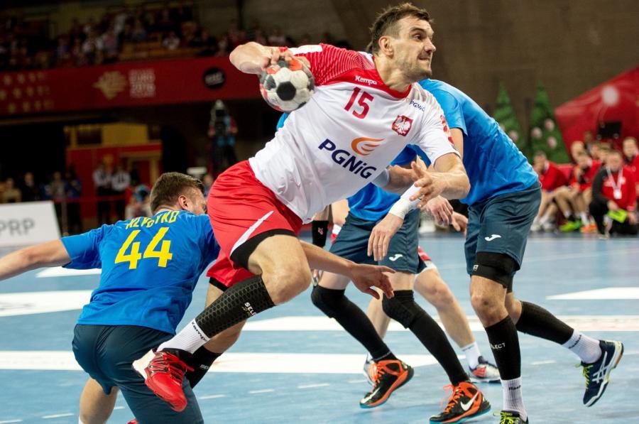 Michał Jurecki (C) i Ukrainiec Eduard Klyuyko (L) podczas meczu turnieju piłkarzy ręcznych Christmas Cup we Wrocławiu