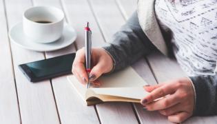 Kobieta robi notatki
